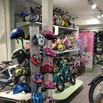 Kinderfietsen | Conjani Wielersport in Haarlem-Noord U vindt bij ons niet alleen een groot aanbod aan fietsen voor uzelf, maar ook voor uw kind. Als Loekie-dealer bieden wij u een breed aanbod fietsen van dit oer-Hollandse, aloude merk in de maten van 12,5 tot 22 inch voor kinderen van 3 tot 7 jaar. Graag helpen we u en uw kind bij de keuze van een...