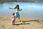 Spelen met water en zand bij de Oosterplas bij NP Zuid-Kennemerland | Bleek en Berg. Elke seizoen vinden kinderen het leuk om te spelen met zand en water. En is het echt lekker weer dan kun je er ook nog lekker zwemmen.<br><br><br>van zonsopkomst tot zonsondergang zijn de duinen open.