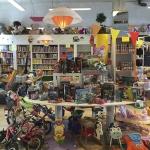 Speelgoedwinkels | Speelgoedbank Haarlem in Haarlem-Oost Speelgoedbank Haarlem en omstr. heeft een uniek concept wij hebben een echte winkel! In onze winkel zamelen wij baby- en kinderspeelgoed, binnen- en buitenspeelgoed, boeken, (computer)spelletjes en knuffels etc. in voor kinderen van 0 t/m 15 jaar. Wij hebben nieuw en tweedehands speelgoed