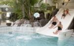 Vrijzwemmen in Aqua Mundo bij Center Parcs Park Zandvoort. Urenlang waterplezier voor jong en oud in ons overdekte zwemparadijs. <br>De Aqua Mundo is toegankelijk voor iedereen, ook wanneer u niet op ons park verblijft. Kinderen onder de 12 jaar mogen uitsluitend onder begeleiding van een volwassene het zwembad in.