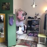 Dans & Balletwinkel | Danswinkel Haarlem in Haarlem-Centrum Een gezellige kleine winkel waar je alle basis artikelen vind om te kunnen dansen. Van peuter/kleuter tot en met volwassen. Pakjes, schoenen, panty´s, vestjes, beenwarmers, broeken, rokjes, haarbanden, linten en elastiek, spelden, haarnetjes...