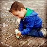 De activiteit 'Stoepkrijt-wedstrijd Ontwerp je dier ' van De Hallen Haarlem wordt u aangeboden door dekleineladder.nl uit Haarlem