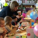 Verjaardagsfeestjes | Pippa's in Haarlem-Centrum. Vier je feestje bij Pippa's! Een geweldige speelhoek en heerlijke taart. De beste plek dus voor je kinderfeestje. We gaan muffins versieren!! Kijk maar eens naar de foto's hoe leuk dat is! openingstijden, contactgegevens, plattegrond