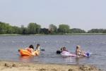 Spelen met water en zand bij de Veerplas bij Spaanwoude | Veerplas. De Veerplas is een prima zwemplek dichtbij Haarlem en natuurlijk kun je hier ook mooie zandkastelen bouwen. <br><br><br>Het meertje is toegankelijke van zonsopkomst tot zonsondergang