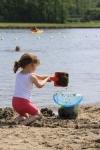 Spelen met water en zand in de Westbroekplas bij Spaarnwoude | Westbroekplas. In de Westbroekplas kunnen kinderen lekker spelen met water en zand. Op het strand staan speeltoestellen voor kinderen en aan het strand vindt u de horecavoorzieningen 2Tasty en Villa Westend.<br><br>Het meertje is toegankelijke van zonsopkomst tot zonsondergang