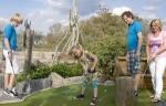 Treasure mini golf (outdoor) bij Center Parcs Park Zandvoort. Waan u tussen de verloren schatten van de zee op deze minigolf baan en sla een hole in one! Deze bevindt zich in de buitenlucht en je kunt al een potje minigolf spelen voor €6,00 voor een volwassenen en 4,50 voor de kinderen.