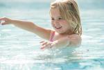 Zwemles | Center Parcs Park Zandvoort in Zandvoort Leren zwemmen hoort bij de opvoeding van kinderen. Net zoals het onderwijs op school is veranderd, leren kinderen tegenwoordig op een andere manier zwemmen. Leren zwemmen wordt leuker en speelser gemaakt, maar is daarnaast gericht op het opdoen van zoveel mogelijk vaardigheden in het water.
