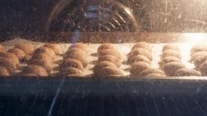 bak de pepernoten af in 12 minuten in een voorverwarmde oven op 170 a 180 graden