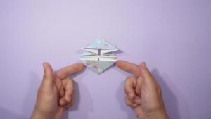 Vouw net zo veel origami kikkers als je nodig hebt, een stuk of 10 a 20 is het leukst