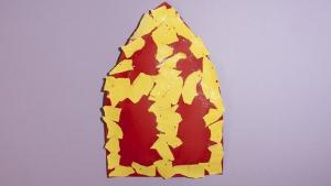 Deze mijter van Sinterklaas is gemaakt van stukjes papier