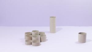 De tweede variant is en gooi spelletje van wc-papier rolletjes geknipt in verschillende hoogtes