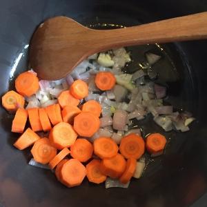 Doe de kleingesneden groente bij de gefruite ui en roer steeds om