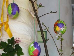 Maar je kunt het ei, ook ophangen door een lint om een spijker te knopen en deze in het ei te stoppen