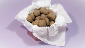 En je heerlijke zelfgemaakte suikervrije pepernoten zijn klaar om mee te strooien en op te smikkelen