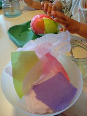 Plak de servetten op het piepschuimen ei en zie de paasei ontstaan in de handen van je kind