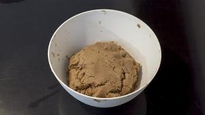 Kneed het geheel tot een mooi compact deeg met de ingrediënten van het pepernoten recept