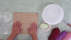 Met behulp van een bamboe-matje kun je makkelijker een rolletje maken van vilt!