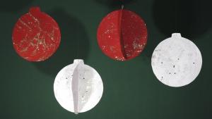 Deze kerstballen zijn gemaakt van enkel glitterlijm en karton