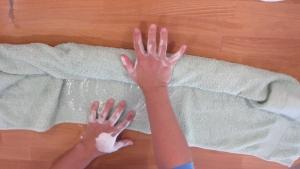 Door verder met de handdoek te rollen verliest de wol weer wat water en gaat het vilt process verder