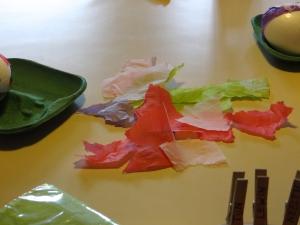 Servetten zijn er in alle kleuren en maten, scheur ze in stukken en gebruik alleen de bedrukte delen
