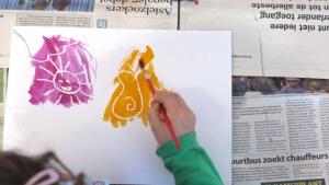 Zet wat ecoline klaar en laat je kind over de tekening schilderen