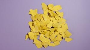 Schur het gele karton in stukje of in stroken