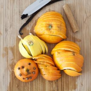 Om deze heerlijke glühwein te maken voor kinderen begin je door eerst het fruit in schijfjes te snijden