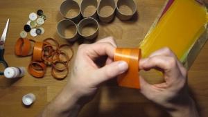 Pak een stukje vliegerpapier en rol deze om het ingelijmde kokertje