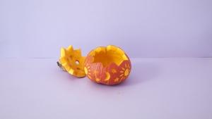 versier de pompoen door figuurtjes in de schil te snijden