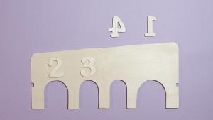Versier het spel, in dit geval met houten cijfers