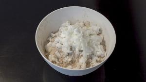 Voeg de kokosolie toe dit heeft een neutrale smaak en maakt de pepernoten extra lekker