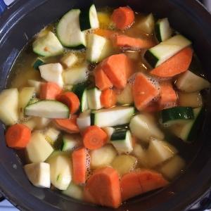 Water toevoegen zodat de groenten net onder water staan