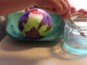Laat je kind het piepschuimen ei insmeren met hobbylijm
