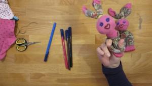 door twee gaatjes te maken kan je kind met zijn vingers twee armpjes maken