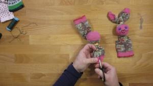 knip het bovenste deel van de sokpop in zodat er twee delen ontstaan