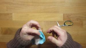 Knip de sok open op de naad bij de tenen