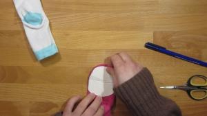 Knip de vorm ook uit een stuk stof of karton