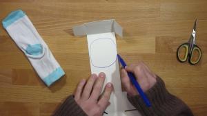 teken de vorm van de mond op het karton