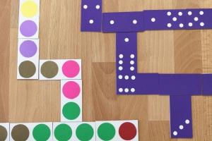 Domino is leuk voor het hele gezin vanaf het jonge kind tot aan opa en oma, en het wordt nog leuker met je eigen gemaakte domino spel