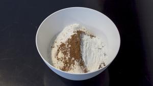 Meng de droge delen van het pepernoten recept