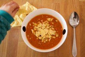 En nu smullen maar want je paprika soep met chips is klaar.jpg