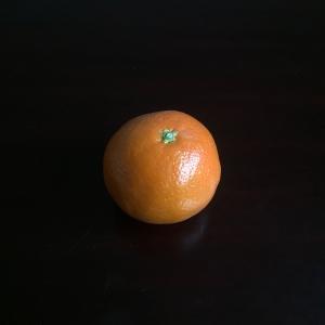 Neem een mandarijn die een beetje plat is aan de bovenkant zo kan deze makkelijker blijven staan.