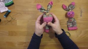 Kijk, zo simpel maak je twee grote konijnen oren