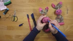 met-wat-stiften-of-andere-materialen-maak-je-het-gezicht-van-je-handpop