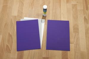 Pak een stevig stuk karton en beplak deze aan beide kanten met een mooie kleur papier