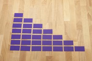 Nu knip je het karton in 28 gelijke stukken. eventueel kun je dit ook met een mes doen.