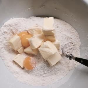 Voed het recept samen in een kom