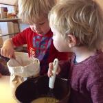 Samen met je kinderen pannenkoeken bakken|Gebruik je ook altijd pannenkoeken mix? <br>Maak het beslag zelf met je kind en kijk hoe leuk het is.<br>Voor kinderen is het een avontuur om te zien hoe de ingrediënten zich vermengen; hoe het deeg verandert van structuur en dat je het resultaat ook nog op kan eten.