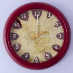 Maak je eigen klok|In bijna elk huis zijn er wel één of meerdere klokken te vinden, en waarom zou je die er niet wat leuker uit laten zien. In dit artikel zie je hoe je van een simpele klok een mooie klok kunt maken. Leuk om zelf te doen of samen met je kind. <br>Bekijk de stap voor stap uitleg in artikel en video
