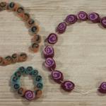 Maak een ketting van zelfgemaakte vilten kralen|Wol is een prachtig en fijn materiaal om mee te werken. En in dit artikel kun je lezen hoe je van wol mooie kralen kunt maken om vervolgens een ketting te maken. Het is een intensief werkje, maar dan krijg je wel iets bijzonders.